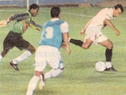 Sus quince segundos de fama: aprovechando el grueso error de Johnny Soto (a la izquierda) para marcar en el arco de Lawn Tennis (Foto: diario Líbero)