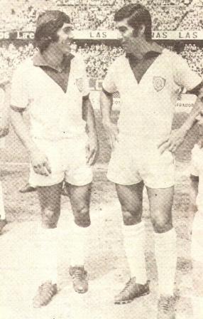 Los argentinos Miguel Ángel Tojo y Pedro Alexis González posan en la época más gloriosa de Defensor Lima. La imagen corresponde a 1972; al año siguiente, el elenco carasucia pudo ser estatizado (Recorte: revista Ovación)