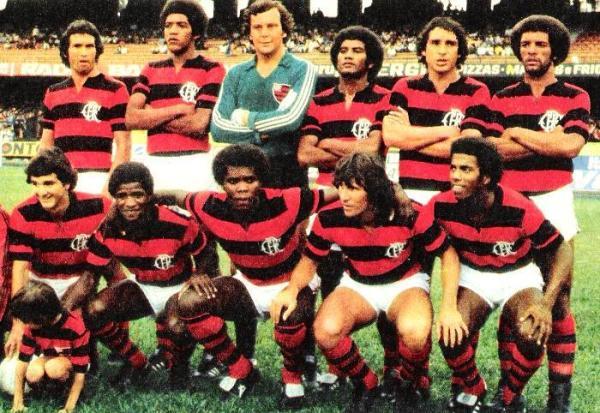 Adilio -segundo de los hincados desde la izquierda- junto a Claudio Adao, Zico y Carlos Henrique Paris en el Flamengo de 1980 (Foto: flaestatistica.com)