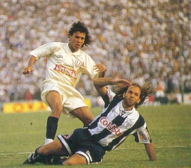 Barriéndose sobre el 'León' Rodríguez en el inolvidable clásico del 6-3 a favor de Alianza en mayo de 1995 (Foto: revista Conmebol)