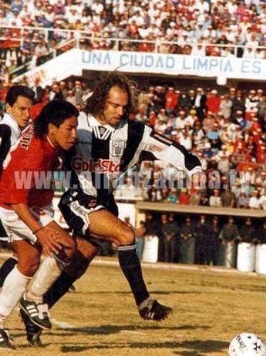 Marcando al 'Chino' Pereda la tarde que un error suyo y de 'Panchi' Pizarro le valió una derrota a Alianza en el Garcilaso ante Cienciano (Foto: alianzalima.tv)