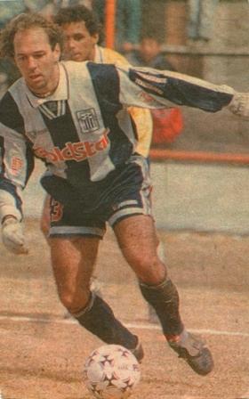 Jugando ante Minas en Cerro de Pasco -con guantes para el frío- en 1995 (Foto: diario El Bocón)