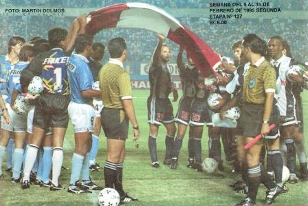 Antes de su primer partido por Copa Libertadores con Alianza, ante Cristal en 1995. Sostiene la bandera que ambos equipos sacaron al campo a propósito de la Guerra del Cenepa (Foto: revista Estadio)