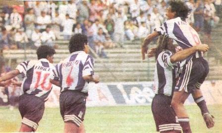 Abrazado con Zé Carlos luego de uno de sus goles a San Agustín. A la izquierda llegan a felicitarlo 'Loverita' Ramírez (10) y Frank Ruiz (4), su compañero de zaga (Foto: diario El Comercio, suplemento Deporte Total)