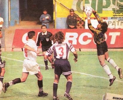 Poniendo orden en el área íntima ante Adrián Czornomaz en el que sería su mejor partido en el Perú: ante la 'U' en la Liguilla de 1996 (Foto: diario Líbero)