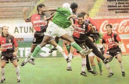Jugando por Melgar ante Alcides Vigo en el Clausura '97 (Recorte: diario Líbero)