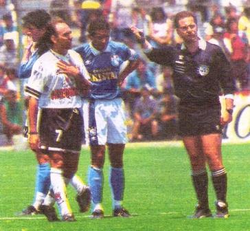 Su última acción en el fútbol peruano: expulsado por Tejada ante Cristal en la Liguilla '97 (Foto: diario Líbero)