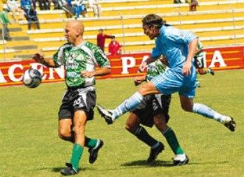 En uno de sus últimos partidos como futbolista activo, jugando por Unión Central ante Bolívar en la temporada 2004 del torneo boliviano. Ya lucía el 'look' rapado (Foto: eldeber.com.bo)