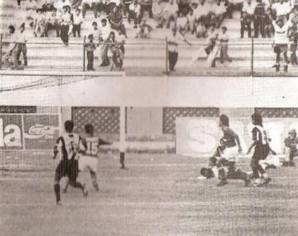 Convirtiendo el segundo gol en el arco de Diosdado Palma la tarde de la inolvidable victoria roja por 0-2 sobre Alianza en la Liguilla de 1992 (Foto: revista Estadio)