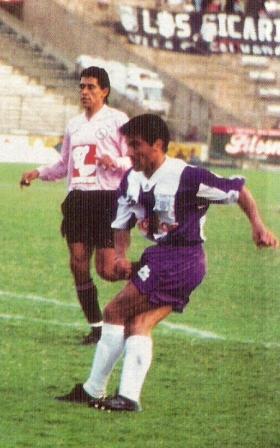 Nuevamente con la rosada pero ahora en la discreta campaña 1994, observando un remate de su compatriota Carlos Enrique (Foto: revista Estadio)