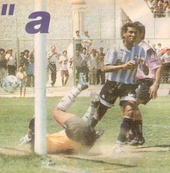 Ahora anotándole a Sport Boys, con camiseta de Alianza Atlético, en partido jugado en Sullana por el Descentralizado 1996 (Recorte: diario Líbero)
