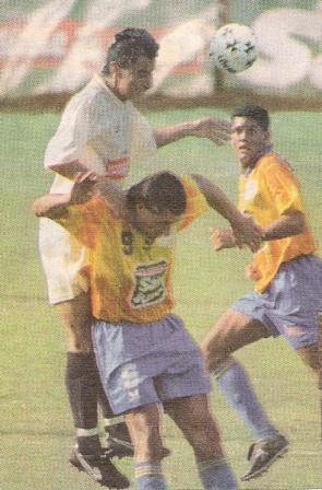 Al salto con el 'Cheta' Domínguez vistiendo la camiseta de La Loretana, en el Clausura 1997 (Foto: diario Líbero)