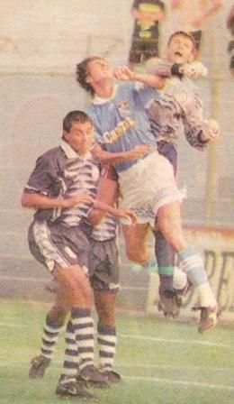 Soportando junto a Gustavo Roverano la carga de Marcelo Asteggiano sobre el arco de Pesquero, en el Apertura 1998 (Foto: diario Líbero)