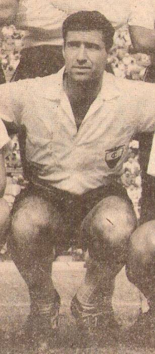 Con la divisa alba del Iqueño, que lo dio a conocer al mundo futbolístico (Foto: revista Ovación)