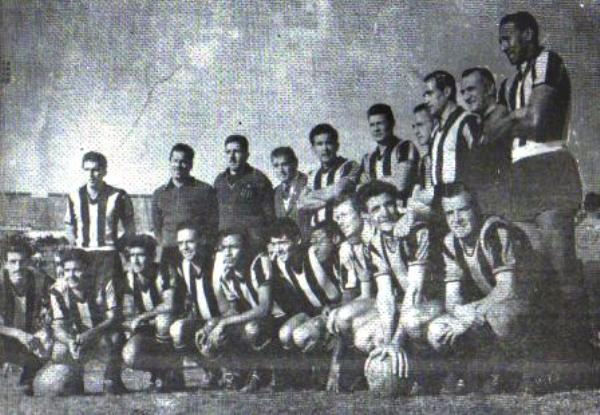 Como parte de la oncena de Peñarol la tarde que el 'Carbonero' ganó la primera Libertadores de la historia en el Defensores del Chaco de Asunción, ante Olimpia. Es el tercero de los hincados desde la izquierda (Foto: capenarol.com.uy)