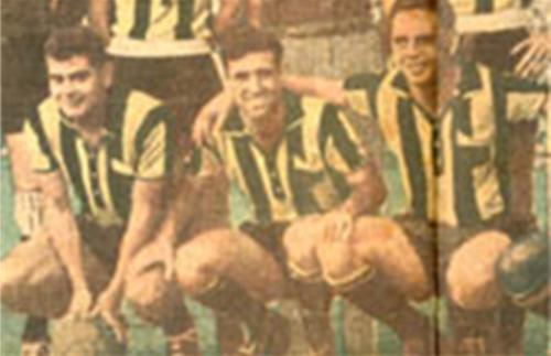 Junto a Juan Eduardo Hohberg -a su derecha-, quien a diferencia de Linazza se nacionalizó uruguayo, mucho antes de jugar por Peñarol y ganar la primera Libertadores (Foto: tenfieldigital.com.uy)
