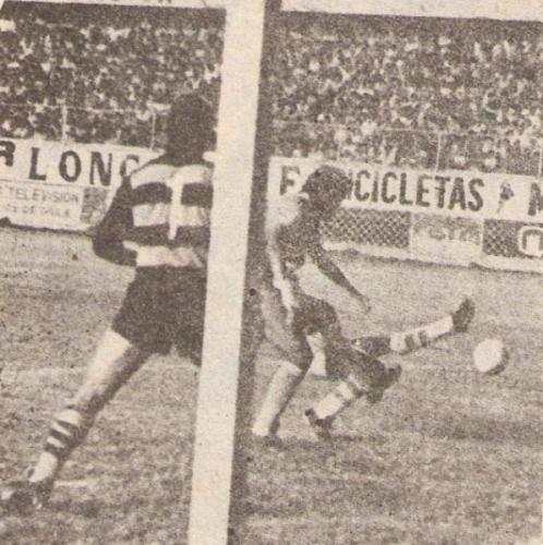 En acción -de espaldas a la cámara- ante Sporting Cristal en la Copa Libertadores de 1981. Mantuvo su arco invicto: el cotejo acabó sin goles (Foto: revista Ovación)