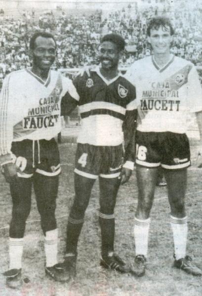 Benji antes de su debut, junto a los brasileños Dema Pereyra -del Defensor Lima- y Ricardo Moraes (Foto: revista Estadio)