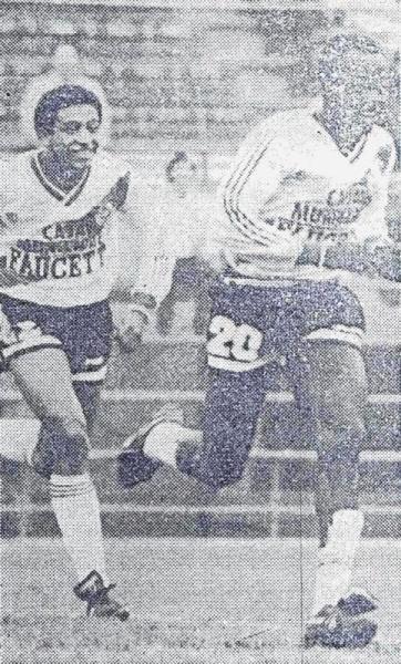 Benji corre celebrando su gol en el arco de Defensor. Atrás, lo acompaña un bisoño Jorge Soto (Foto: diario Expreso)