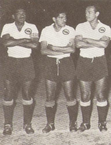 Flanqueado por 'Paco' Andrade y Diego Agurto, baluartes de la zaga rosada en aquel triunfal 1958 (Foto: libro '¡Vamos Boys!', Teodoro Salazar Canaval)