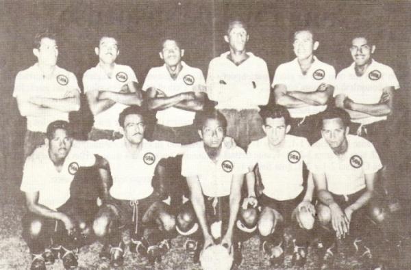 La magnífica formación que le dio a Boys su quinto título en 1958. Ramos es el primero de los parados desde la derecha, siempre con la sonrisa a flor de labios (Foto: libro '¡Vamos Boys!', Teodoro Salazar Canaval)