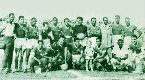 Posando con el Deportivo Cali de 1949, un equipo en el que brillaban también los peruanos Lobatón y 'Tigrillo' Salazar (Foto: dimayor.com.co)