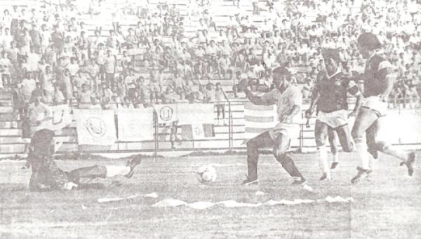 Asustando el arco de Defensor Lima en su amistoso debut con la 'U' (Recorte: diario Ojo, suplemento deportivo Crack)