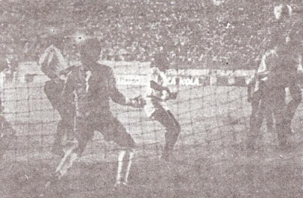 Su cabezazo para batir a Chávez Riva y marcar en el arco de Boys en el arranque copero de aquel verano del '91 (Recorte: diario Ojo, suplemento deportivo Crack)