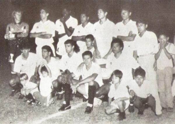 El equipo crema que alineó ante Colo-Colo. Vargas es el cuarto de los hincados, entre su compatriota Tomás Silva y Jesús 'Chucho' Torrealba (Foto: revista Estadio)