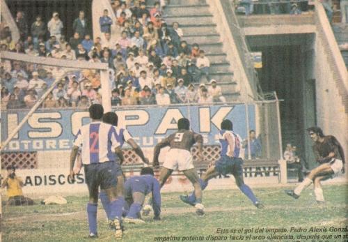 Convirtiéndole un gol a Alianza por el Descentralizado 1974. Lo sufre el golero Eduardo Saavedra (Recorte: revista Ovación)