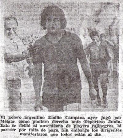 Con camiseta de jugador de campo, antes de jugar contra Deportivo Junín por el torneo de 1976 (Recorte: diario Correo de Arequipa)