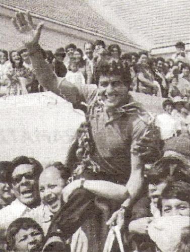 En hombros de la multitud al volver a Arequipa luego del título de 1981 (Foto: libro 'Melgar... es una pasión', Hernán Valencia B. y Gustavo Chávez R.)