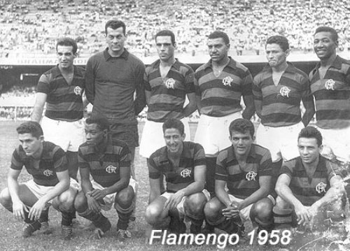 Con Flamengo en 1957. Es el segundo de los hincados (Foto: antigo.miltonneves.com.br)