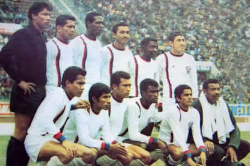 Moacyr en Mannucci en 1971, en el estadio Nacional. Es el quinto de los parados desde la izquierda (Foto: camannucci.com)