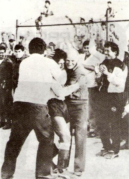 Abrazando a Adrián Gatti en la consagración de Boys campeón de Segunda en 1989, ante Defensor Kiwi (Foto: libro '¡Vamos Boys!', Teodoro Salazar Canaval)