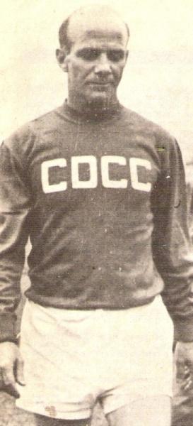 Con la última camiseta que vistió en su carrera: la roja del Carlos Concha, en 1966 (Recorte: revista Ovación)