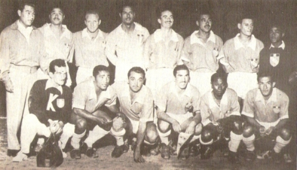 Con Cristal en 1959. Es el segundo de los parados, a la izquierda de Rafael Asca (Foto: libro 'Sporting Cristal: 25 años en el deporte')