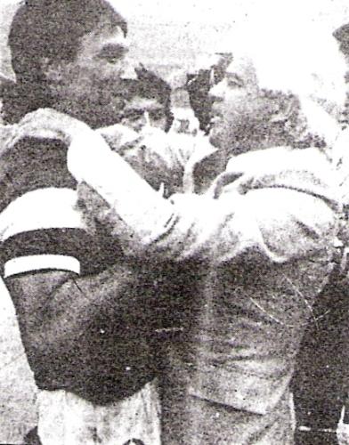 Waldemar Victorino celebra el título de la Copa Plácido Galindo junto al técnico José del Castillo. Los carasucias se adjudicaron el torneo tras dar cuenta de la 'U' en penales (Foto: CRÉDITO)