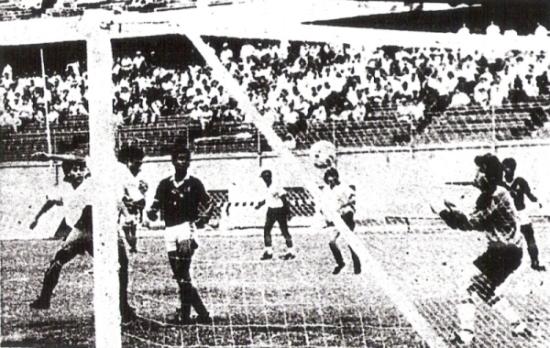 Gol al Aurora Miraflores por el hexagonal final de la Segunda División de 1988, en el verano del año siguiente. Lo hizo como era su especialidad: de cabeza (Recorte: diario La Crónica)