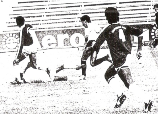 Golazo a Defensor Lima, jugando para Boys, en Matute. Eludió al golero Augusto Robles antes de definir (Recorte: diario La Crónica)