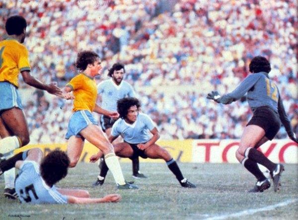 Gol de Victorino a Brasil en la final del Mundialito de 1980, disputado en Montevideo. Desde entonces, ya anotaba tantos decisivos (Foto: archivo José Augusto Giuffra)