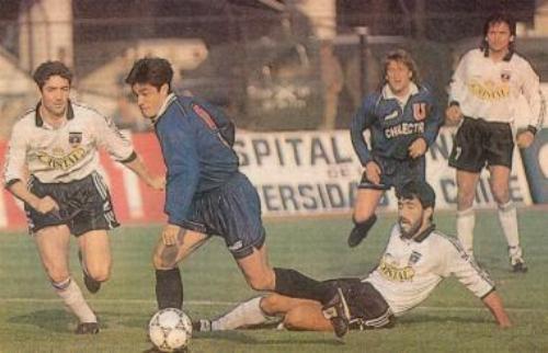Clásico ante Colo Colo en el Monumental. Acá, el 'Bombero' supera al defensor Pedro Reyes, mientras Marcelo Barticciotto lo sigue con la mirada (Foto: Talentos Fútbol)