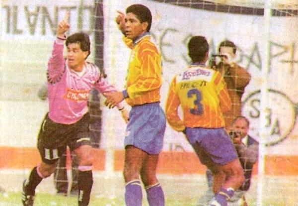 Nuevamente en el Callao, el día de sus dos goles ante La Loretana, su mejor actuación en el Perú. Su celebración contrasta con el lamento de Jorge 'Pellejo' Cordero (Recorte: diario Libero)