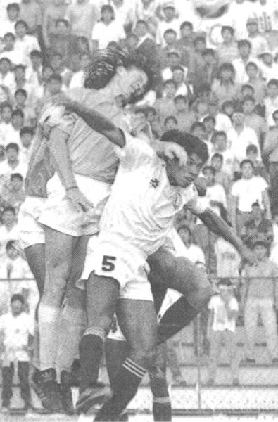 En acción contra Universitario por el Metropolitano 1991, en el Lolo Fernández. Acá carga ante Pedro Requena (Foto: cortesía Luis Alberto Sánchez)