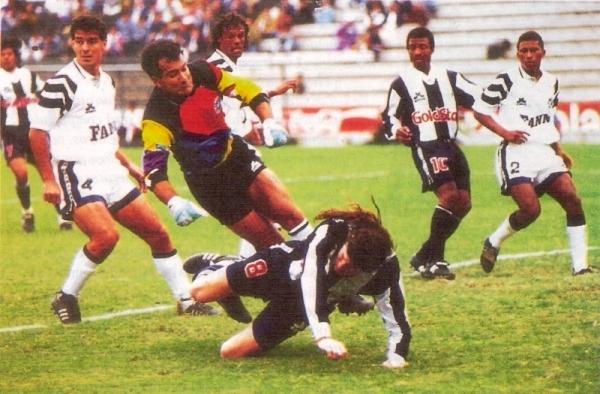 Cargando el arco de Raúl Navarro en un Alianza - Sipesa (Foto: revista Estadio)