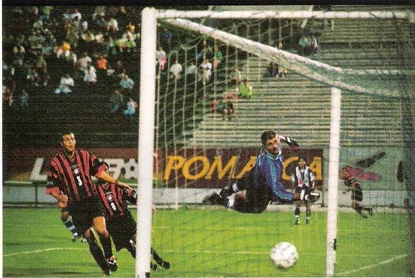Galileo Pércovich nada puede hacer para contener un disparo de Atlético Paranaense, la noche en que el 'Rubronegro' goleó a Alianza en su debut en la Libertadores 2000. Fue uno de los primeros goles que encajó el uruguayo con las sedas blanquiazules (Recorte: revista Once)
