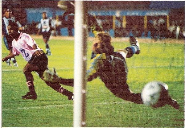 La 'Avispa' Angulo vence la resistencia de Pércovich en el estadio Nacional. En aquel cotejo, que Boys ganó 4-0 por el Apertura, 2000, el meta blanquiazul le lanzó la pelota al juez de línea y fue expulsado (Recorte: revista Once)