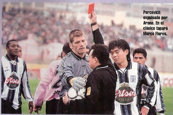 José 'Tarjetita' Arana le muestra otra cartulina roja a Pércovich. También fue ante Sport Boys, pero por el Torneo Clausura. Dicha amonestación le costó su titularidad en los posteriores cotejos (Recorte: revista Once)