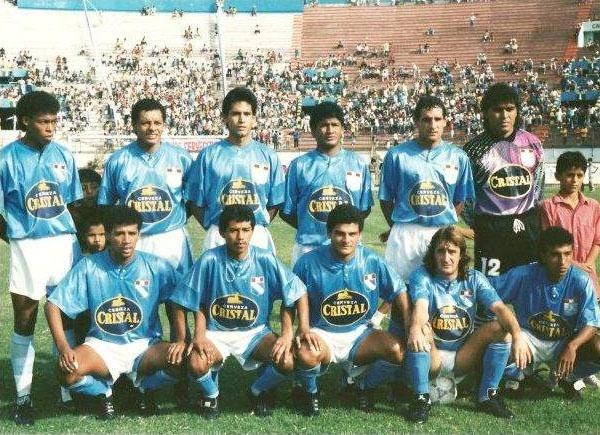 En Cristal, 1992. Es el último de los hincados desde la izquierda. (Foto: clubsportingcristal.com)