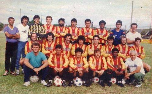 Gustavo Machaín con el plantel del Progreso, club con el que se consagró campeón del fútbol uuruguayo en 1989. En la foto también aparecen otros jugadores con pasado en el fútbol peruano, como Leonel Rocco, Alejandro Larrea y Sergio Cid (Foto: caprogreso.com)